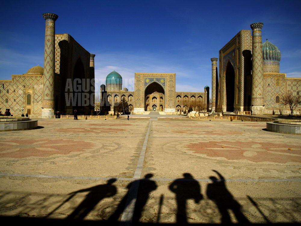 uzbekistan-2007-samarkand-registan-men-silhouette