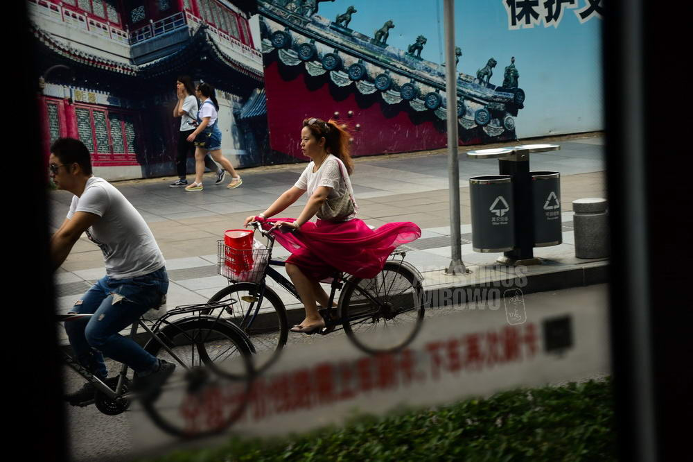 china-2016-beijing-woman-bicycle-red-skirt