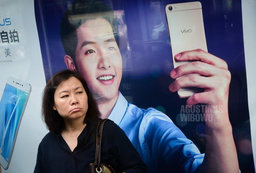 china-2016-beijing-woman-selfie-axus-song-joongki