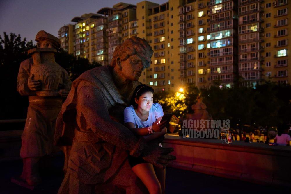 china-2016-beijing-woman-statue-hug-yuan-dinasty-smartphone