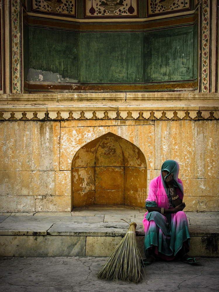 india-2005-jaipur-amber-fort-woman-pink-sari