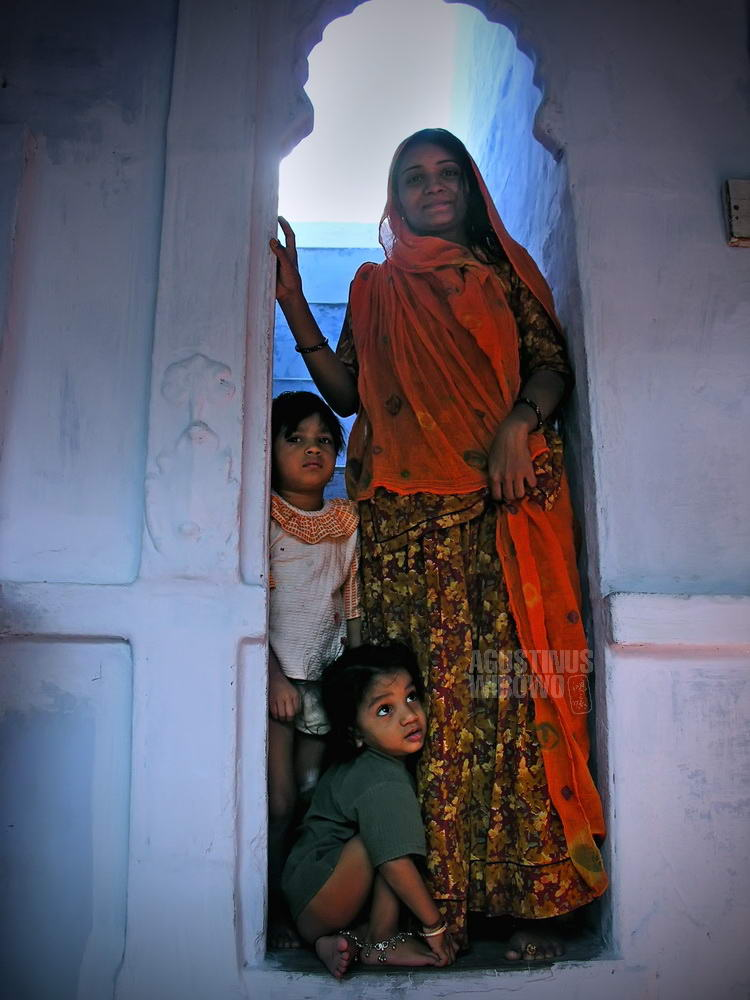 india-2005-jodhpur-woman-mother-children-house-blue