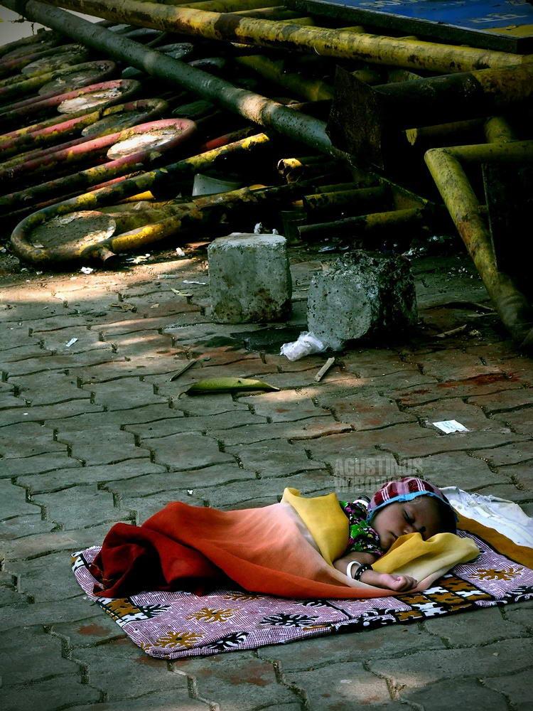 india-2005-mumbai-baby-street-metal-sleep