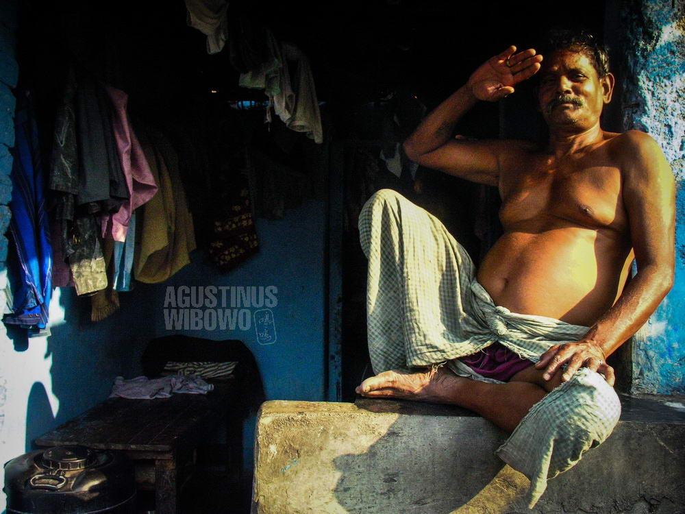 india-2005-mumbai-dhobi-laundry-man-proud-blue-house