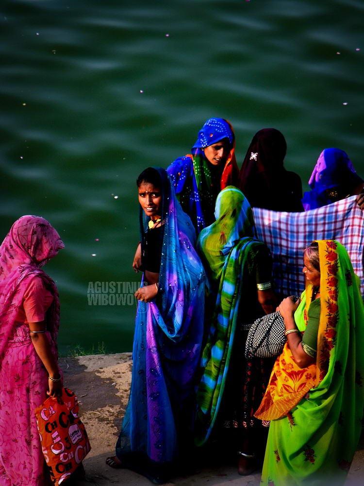 india-2005-pushkar-women-cleansing-pond-holy