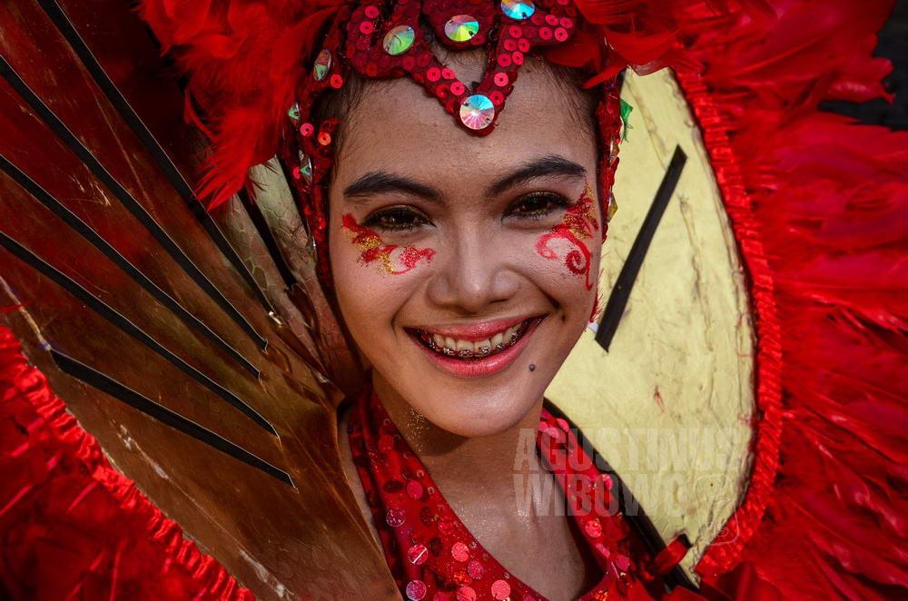 indonesia-2015-jakarta-karnaval-girl-red-smile