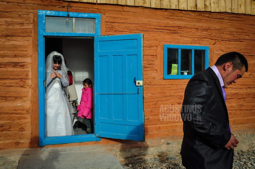 mongolia-2009-bayan-olgii-tsengel-kazakh-wedding-door-waiting