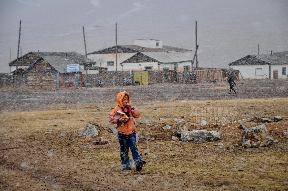 mongolia-2009-khovsgol-girl-snow-storm
