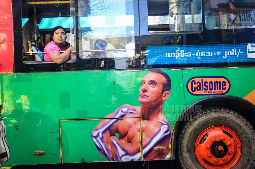myanmar-2015-yangoon-woman-bus-muscle-man-look-up