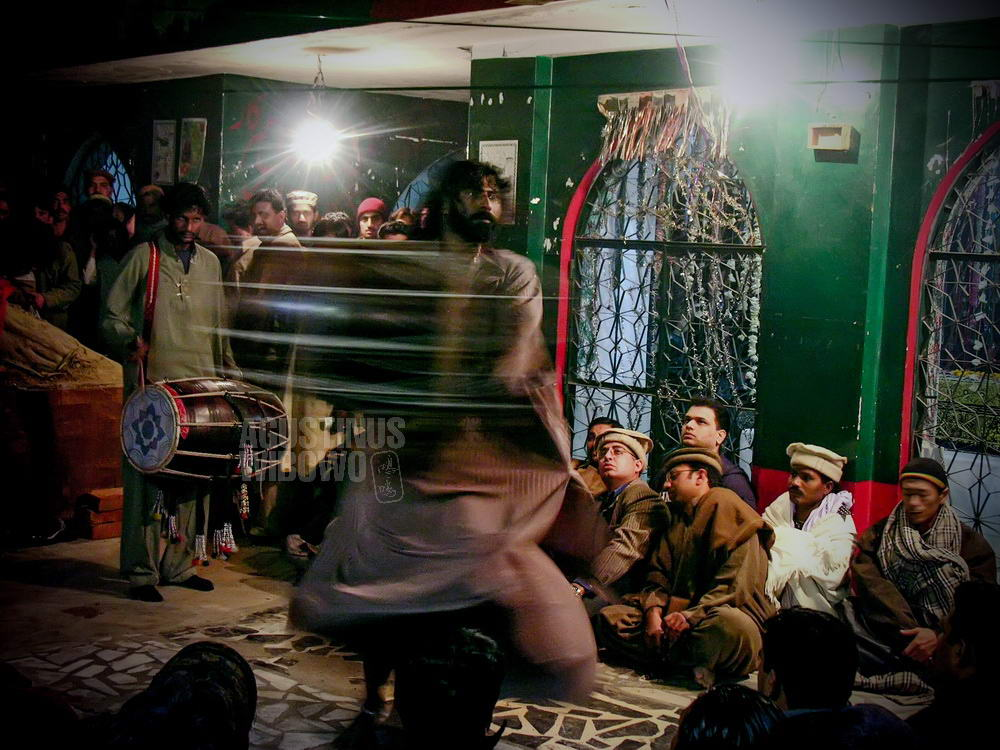 pakistan-2005-lahore-sufi-whirling-man-ritual