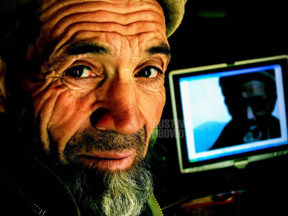 pakistan-2005-northern-areas-hunza-haidar-inn-old-man-face