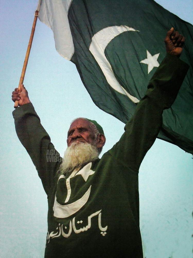 pakistan-2006-lahore-wagah-border-man-flag-nationalism