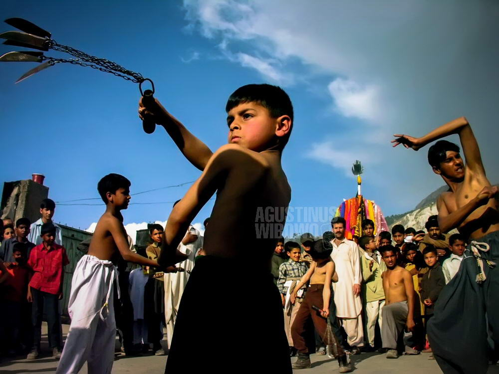 pakistan-2006-muzaffarabad-ashura-boy-knife-sky-gaze