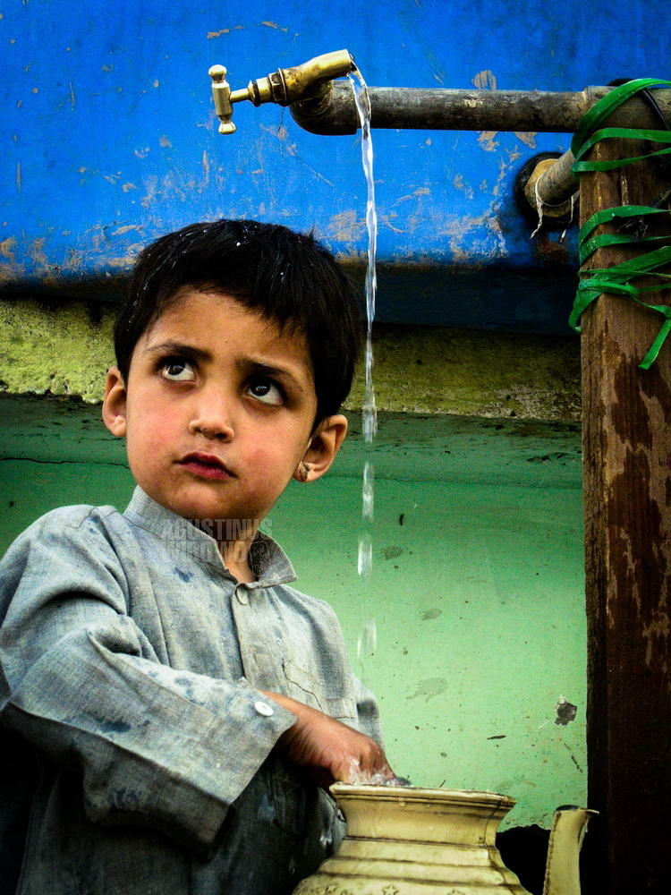 pakistan-2006-muzaffarabad-earthquake-boy-water