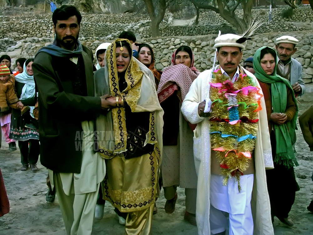 pakistan-2006-northern-areas-hunza-wedding-crying-bride-groom-knife