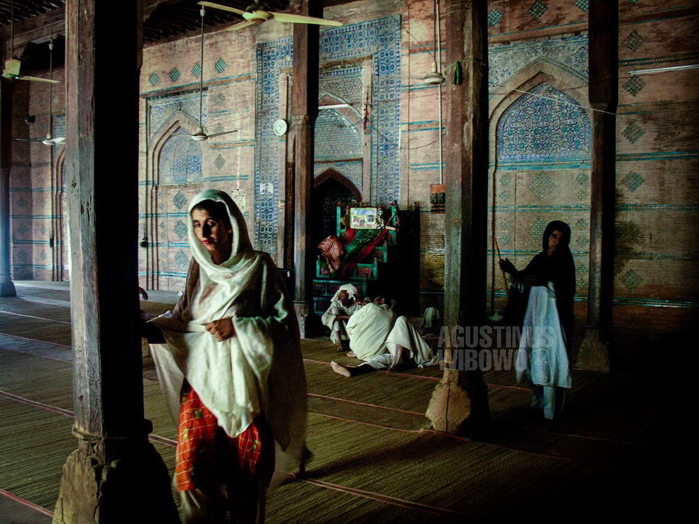 pakistan-2006-uch-sharrif-sufi-ritual-mausoleum-mazar-women-pillars