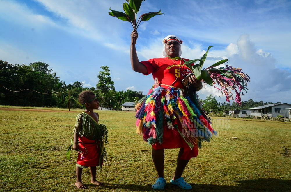 papua-new-guinea-2014-tarakbits-boy-sister-dancing-traditional-catholic